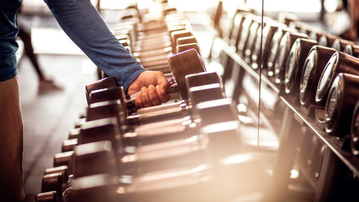 Προπόνηση με βάρη σε γυμναστήριο
