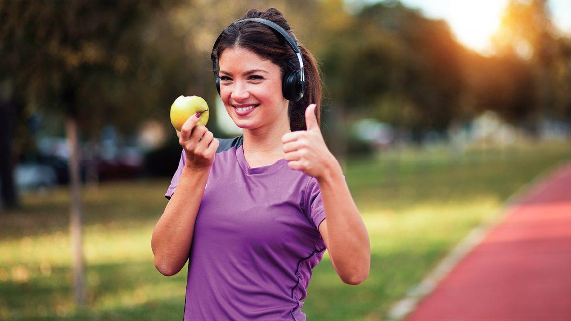 δρομέας με μήλο και ακουστικά