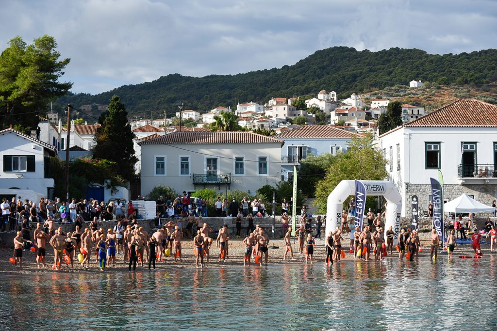 Στιγμιότυπο από τους αγώνες κολύμβησης του Spetses mini marathon